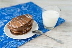 Chokladpannkakor med mjölkar Royaltyfri Bild