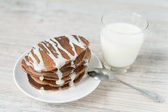 Chokladpannkakor med mjölkar Royaltyfria Foton