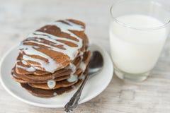 Chokladpannkakor med mjölkar Royaltyfri Fotografi
