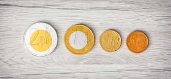 Chokladpengar på de träbakgrunden, euroen och cent Royaltyfri Fotografi