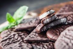 Chokladpepparmintkakor Mintkaramell pepparmint menthol Svart choklad med pepparmintkräm Svart choklad med mintkaramellstoppning royaltyfri bild