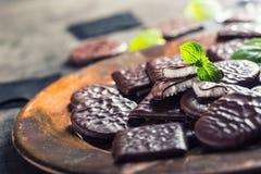 Chokladpepparmintkakor Mintkaramell pepparmint menthol Svart choklad med pepparmintkräm Svart choklad med mintkaramellstoppning royaltyfri fotografi