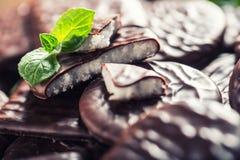 Chokladpepparmintkakor Mintkaramell pepparmint menthol Svart choklad med pepparmintkräm Svart choklad med mintkaramellstoppning arkivbild