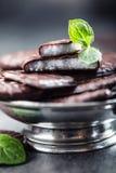 Chokladpepparmintkakor Mintkaramell pepparmint menthol Svart choklad med pepparmintkräm Svart choklad med mintkaramellstoppning fotografering för bildbyråer