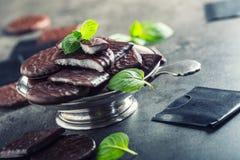 Chokladpepparmintkakor Mintkaramell pepparmint menthol Svart choklad med pepparmintkräm Svart choklad med mintkaramellstoppning royaltyfria foton