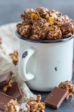 Chokladpopcorn i en emaljkopp arkivfoton