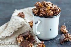 Chokladpopcorn i en emaljkopp royaltyfri bild