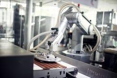 Chokladproduktionslinje i industriell fabrik Arkivbild