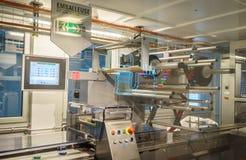 Chokladproduktionslinje i industriell fabrik royaltyfria foton