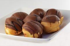 chokladprofiteroles Arkivfoto