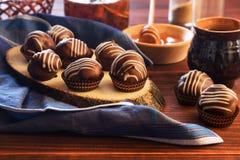 Chokladprofiteroles med honung och te Royaltyfri Bild
