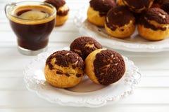 Chokladprofiteroles med krokantom Royaltyfria Bilder