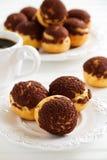 Chokladprofiteroles med krokantom Royaltyfri Fotografi