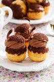 Chokladprofiteroles med krokantom Arkivbild