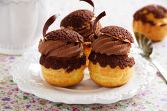 Chokladprofiteroles med krokantom Royaltyfri Bild