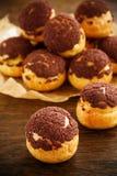 Chokladprofiteroles med krokantom Royaltyfri Foto