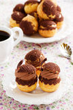 Chokladprofiteroles med krokantom Royaltyfria Foton