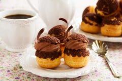Chokladprofiteroles med krokantom Arkivfoto