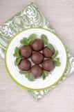 Chokladprofiteroles med stugan. Royaltyfri Foto