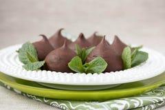 Chokladprofiteroles med stugan. Royaltyfria Bilder