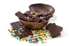Chokladsötsaker i ett chokladägg Arkivbilder