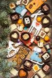 Chokladsötsaker med julsymboler, leksaker, träd Fotografering för Bildbyråer