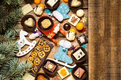 Chokladsötsaker med julsymboler, leksaker, träd Arkivbild