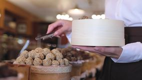 Chokladsötsaker på konfekt shoppar closeupen lager videofilmer
