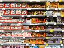 Chokladsötsaker som är till salu på supermarkethylla Arkivfoton