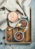 Chokladsouffle i individuellt bakningkoppar och mockakaffe Arkivbilder