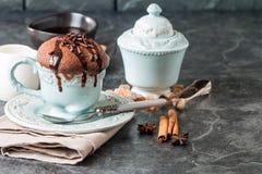 Chokladsouffle med sås Arkivbild