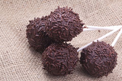 Chokladsprinclecakepops arkivfoto