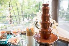 chokladspringbrunn för fondue Sötsaker av schweizare chokladmelt för att doppa Bild för bakgrund royaltyfri fotografi