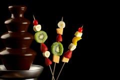 Chokladspringbrunn med frukter royaltyfri fotografi