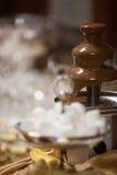 Chokladspringbrunn på ett bröllopmottagande Arkivbild