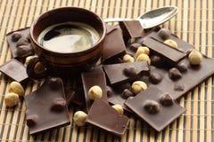 Chokladstänger med hasselnöten Arkivbilder