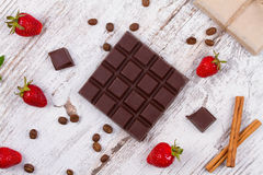 Chokladstänger och jordgubbar Arkivbild