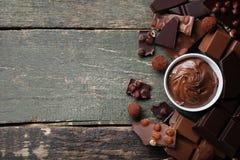 Chokladstycken med muttrar Arkivfoto