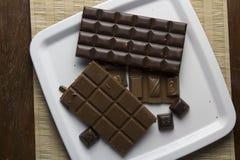 Chokladstycken på den vita plattan Royaltyfri Foto