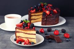 Chokladtårta med bär arkivbild
