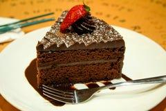 Chokladtårta med jordgubben Arkivfoton