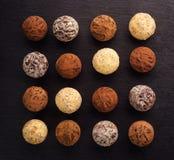 Chokladtryffel, tryffelchokladgodisar med kakaopulver Hemlagade nya energibollar med choklad Blandade tryfflar för gourmet Arkivbilder
