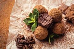 Chokladtryffel, tryffelchokladgodisar med kakaopulver Hemlagade nya energibollar med choklad Blandade tryfflar för gourmet Royaltyfria Foton