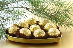 Chokladtryfflar i en gåvaask Arkivfoton