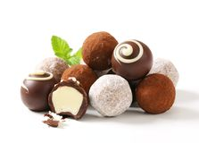 Chokladtryfflar och brända mandlar Royaltyfri Bild