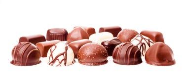 Chokladtryfflar på vit bakgrund Arkivfoto