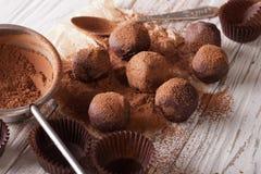 Chokladtryfflar som strilas med närbild för kakaopulver horisont Arkivbild