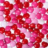 Chokladvalentin godis som täckas i rosa färger, rött och vitt. Royaltyfri Fotografi