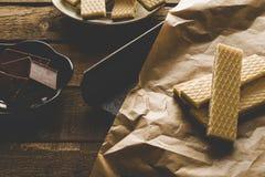 Chokladwaffers på träbakgrunden Arkivfoto