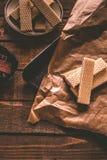 Chokladwaffers på träbakgrunden Royaltyfri Fotografi